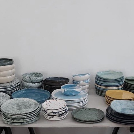 stack-of-blue-plates